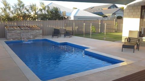 Amaroo Luxury apartment, sea views & heated pool
