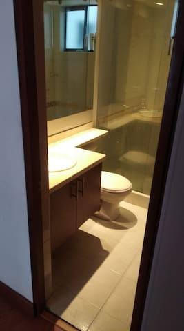 Baño privado frente a la habitación