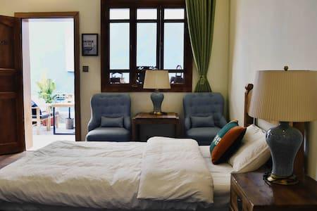 锦舍 | 香格里拉古城中心| 一楼双床房| 小型图书馆 | 庭院咖啡 | 免费接机
