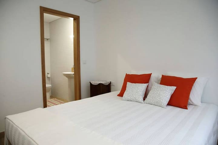 Room with private bathroom/ Quarto + wc privativo - Santa Maria da Feira
