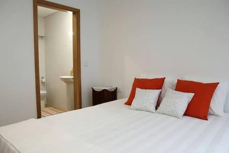 Room with private bathroom/ Quarto + wc privativo - Santa Maria da Feira - ที่พักพร้อมอาหารเช้า