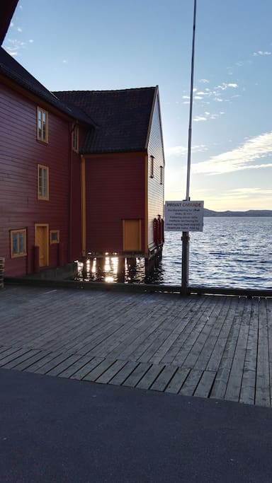 A view of Prefaboden in Skuteviken. Many of the buildings and especially the old wharf buildings are older than those of Bryggen, but they are sadly not on the UNESCO list. The sunset is best enjoyed from the quays here.