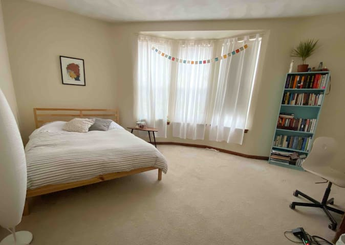 A sunny and spacious room in Cambridge/Watertown