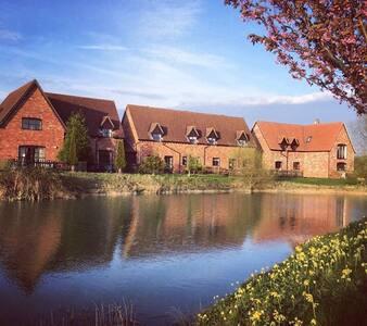 Stylish lakeside apartment - Colmworth