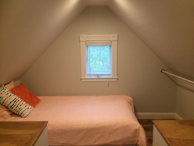 Twin bed alcove