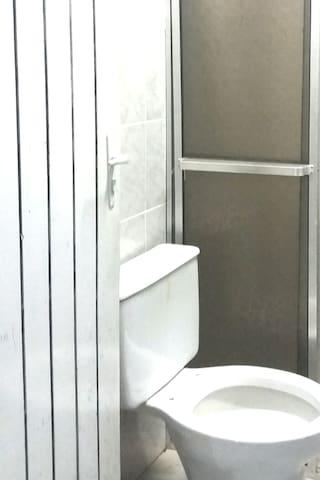 banheiro de frente para piscina