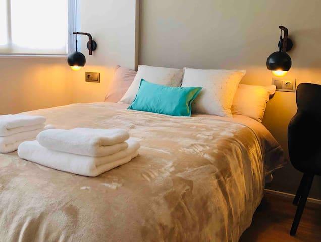 Cama de matrimonio con colchón de alta calidad, para un perfecto descanso. Vestimos la cama con sábanas de algodón y dejamos toallas mullidas de alta densidad.