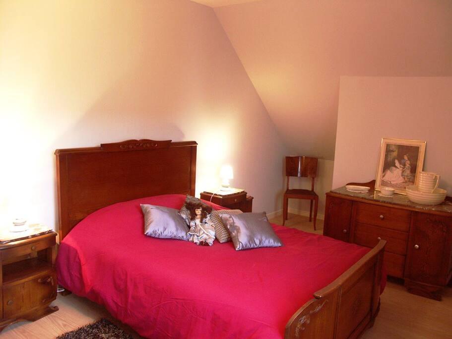 une chambre lit double
