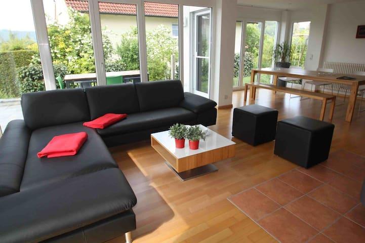 Ferienhaus Sonnenhaus, (Bodman-Ludwigshafen), Sonnenhaus mit Kaminofen und Terrasse, 200qm, 4 Schlafzimmer, max. 8 Personen