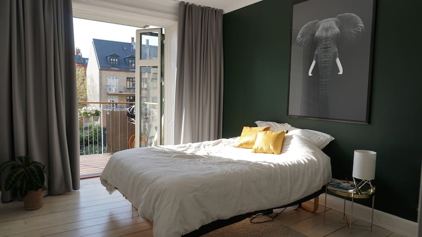 Lovely bright room in the city
