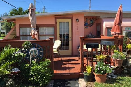 Sunset Cottage Vintage Vacation Rental (55+Age!!) - Bradenton Beach - Bungalow