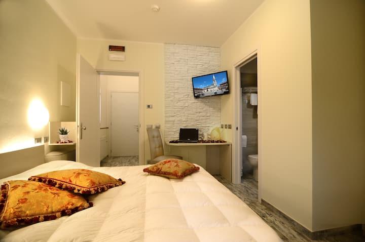 2 Stanza con bagno, letto singolo e angolo cucina