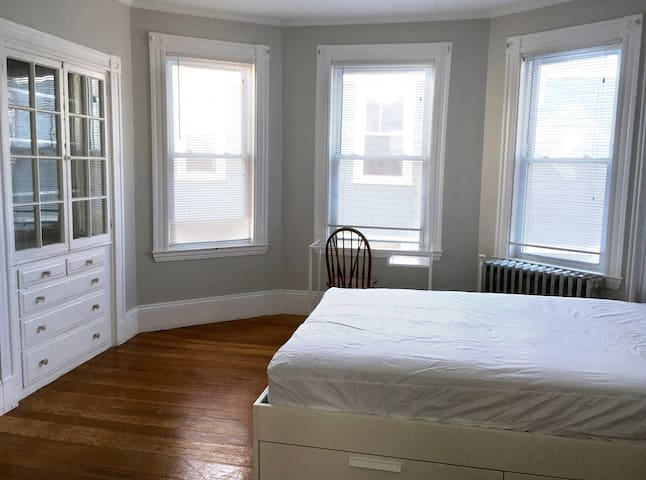 Large bright room with views of the Charles River! - Watertown - Maison