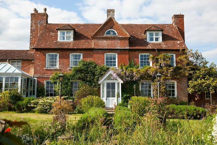 Stunning 300 year old Farmhouse near Salisbury