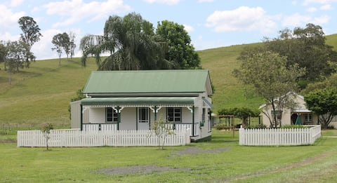 The Dollhouse Cottage - tranquil country retreat