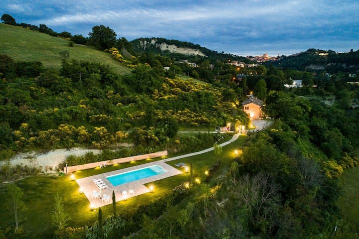 Lovely apartment in villa with WIFI, hot tub, pool, TV, panoramic view and parking, close to Urbino
