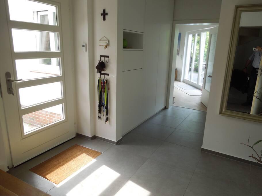 Eingangsbereich, Flur, rechts gehts zum Wohnzimmer, geradeaus zur Küche
