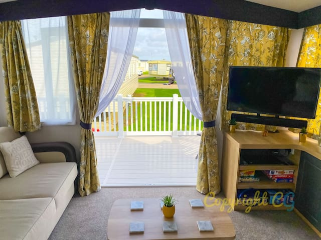 MP413 - Camber Sands Holiday Park - Smart TV's - Close to Facilities - Free Wifi - Sleeps 8 - Large Decking