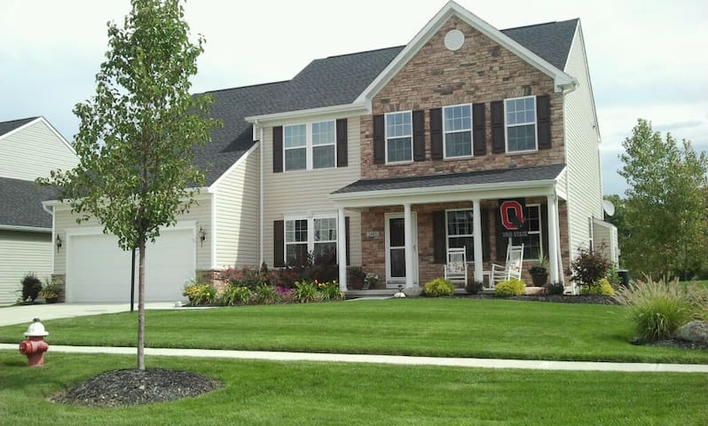 Newer Home - Spacious Colonial. 5BR. - Avon - Huis