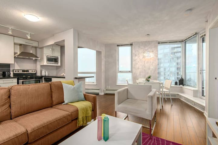Convenient Downtown 2 Bedroom+2 Bathroom+1 Parking