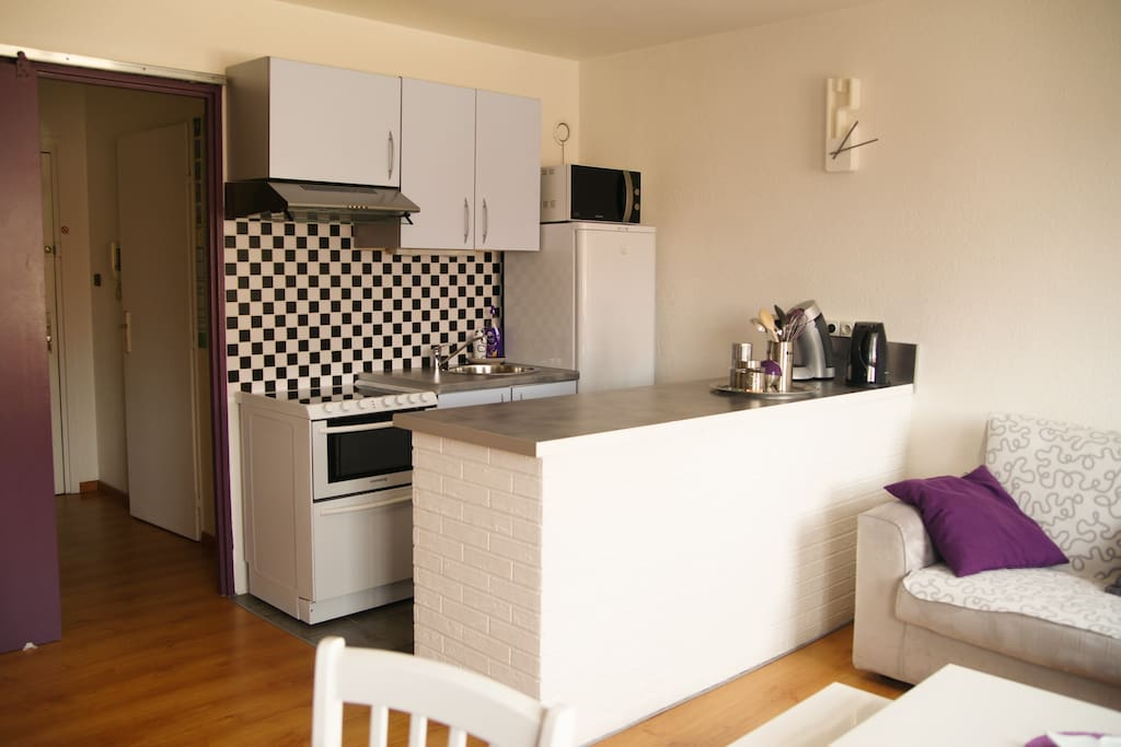 Coin cuisine avec cuisinière vitro-céramique, four, lave-vaisselle ...