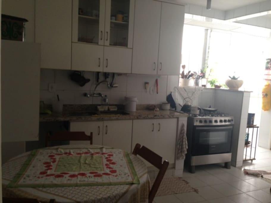 cozinha clara, ampla e aconchegante