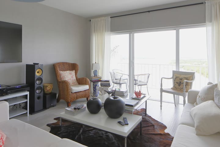 On the Water Upscale Condo in Sunny Isles - サニーアイルズビーチ - アパート