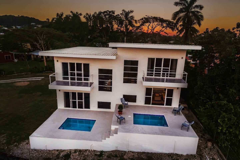 Modern and luxurious villa!