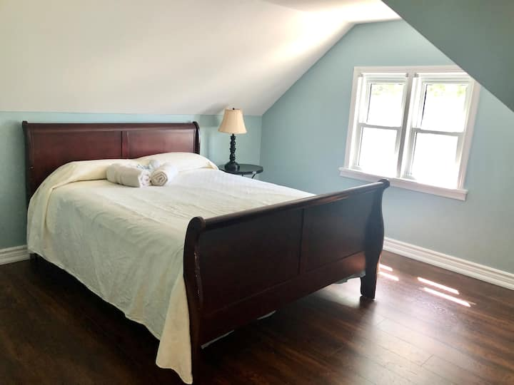 Queen bedroom in farm-house on gorgeous 1acre