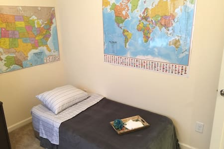 Cozy private room close to RDU/RTP - 摩利斯维尔(Morrisville) - 连栋住宅
