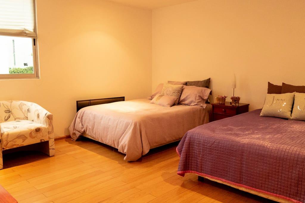 Habitación privada con 2 camas matrimoniales, vestidor y baño propio.