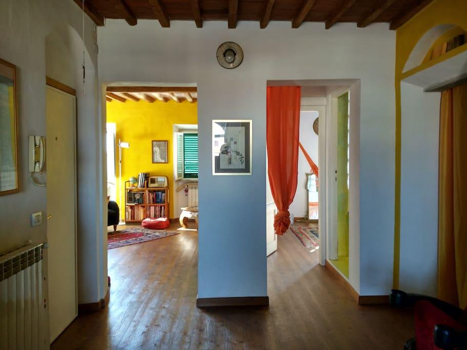Zona d'ingresso con vista sul soggiorno e sulla camera matrimoniale