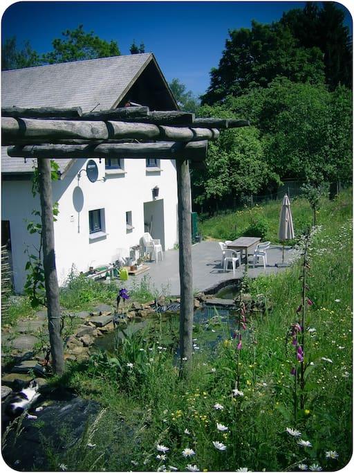 Twee natuurlijke vijvertjes,verbonden door een watervalletje...