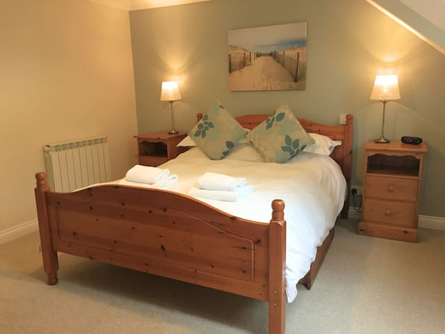 4* serviced accommodation, by cliff walks & bays - Hus