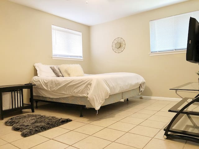 "Bedroom C: WiFi+Parking+W/D+ Netflix+64"" TV+by LSU"