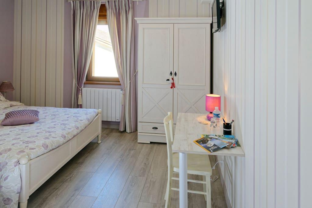 Chambre violette avec son bureau