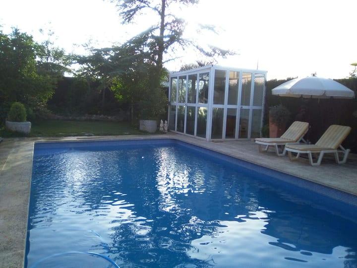 Alojamiento  con bonito  patio privado y piscina