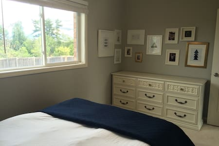 Georgetown Townhouse Guest Room - Halton Hills
