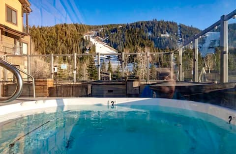 SKI IN/OUT / STEPS 2 LIFT / 2 HOT TUBS /FIRE PIT !
