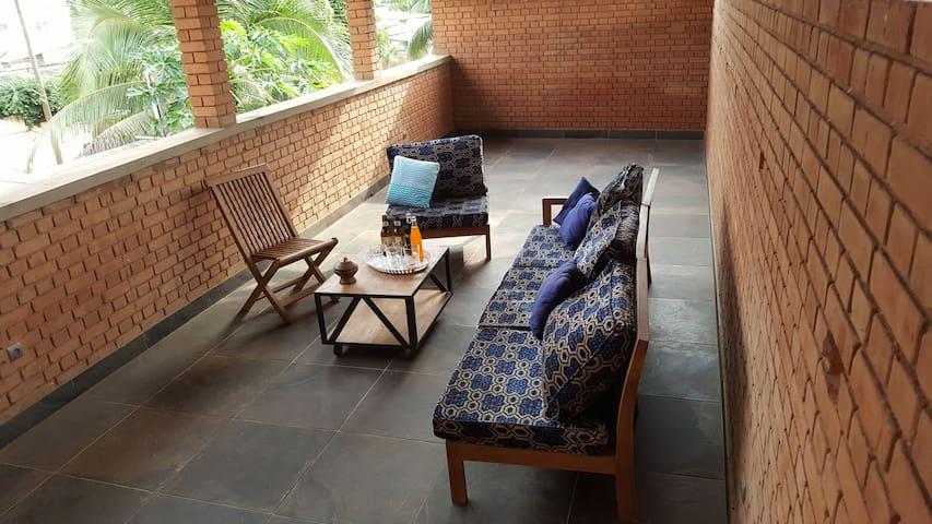 Grand balcon-terrasse 40 m2: à moduler selon vos envies en coin salon ou salle à manger, etc.
