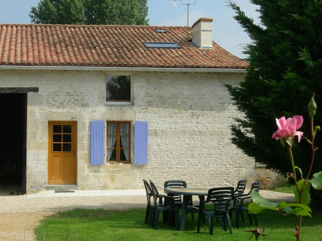 nice old house in marais poitevin - Bessines - House