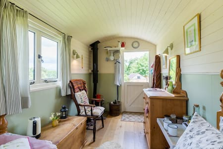 Cosy shepherd hut with woodburner. - Newent