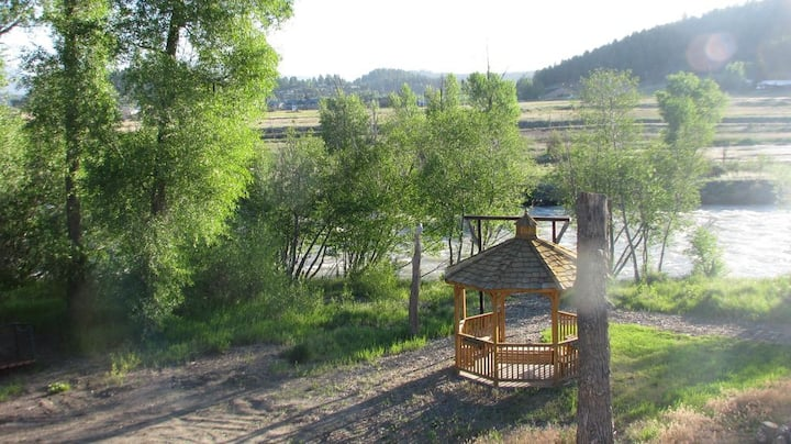 **GREAT LOCATION! AC! Views, River, Hot Springs**