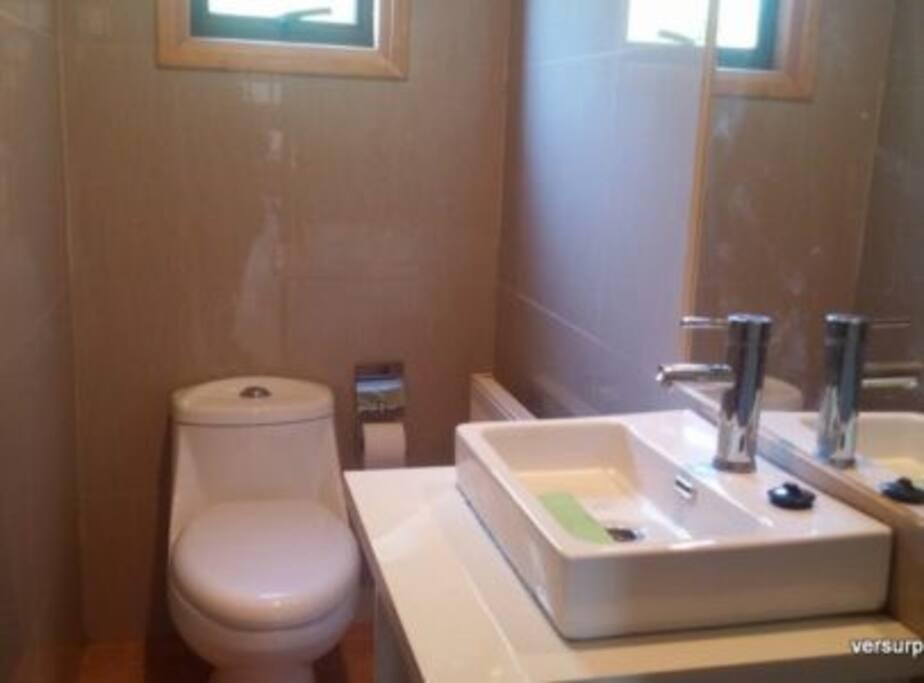 Uno de los tres baños de la casa
