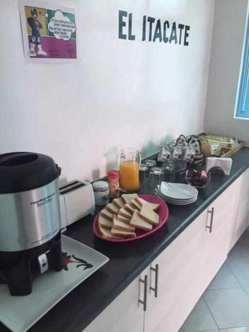 Café, Té, Jugo y Pan con mermelada