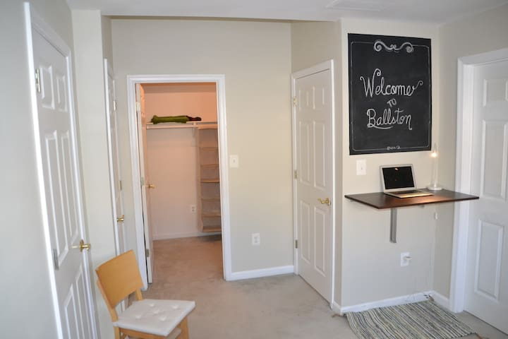 Private bedroom and bath near NSF in Ballston - Arlington - Casa