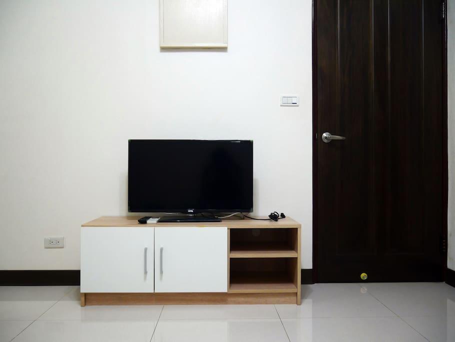電視無第四台但會提供電視棒供手機螢幕投上電視螢幕