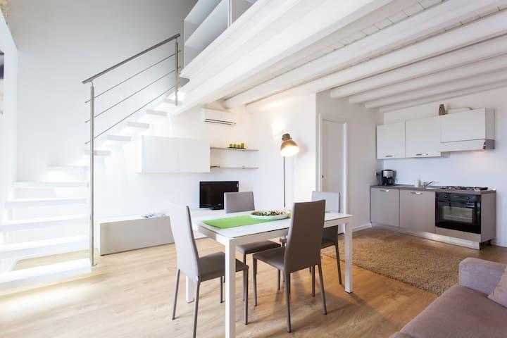 Soggiorno con cucina, aria condizionata e balcone vista mare / Living room with Kitchen, air conditioning and balcony with sea view