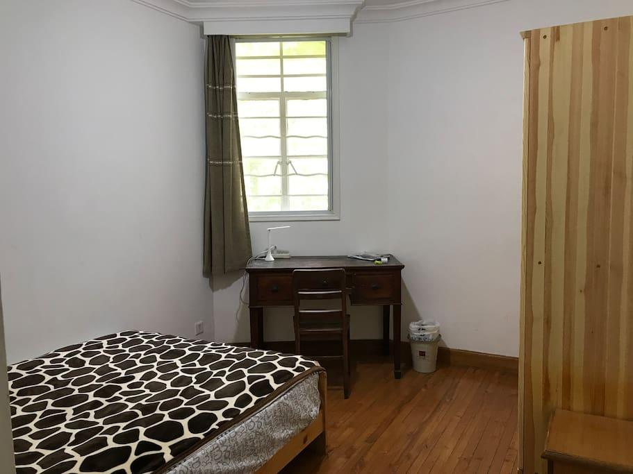朝南带窗阳光充足的独立房间(双人床、实木地板)