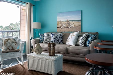 """Cottage by the Beach"" condo - Galveston"